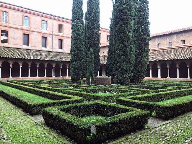 El jardín del claustro del convento de los Jacobinos en Toulouse