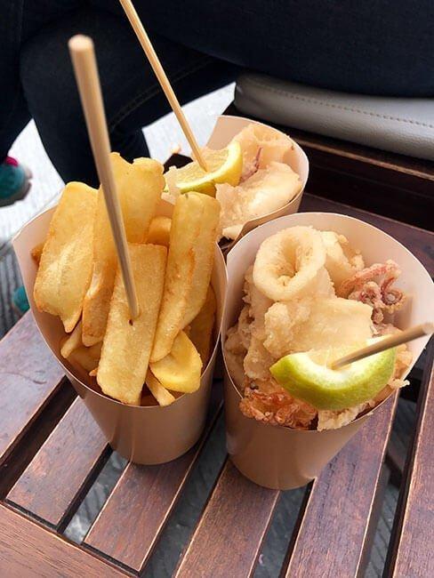 Nuestros conos de pescado frito y, como no, patatas fritas