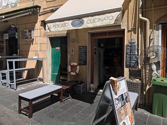 La entrada al puesto Il Pescato Cucinato donde comer autentico pescado frito