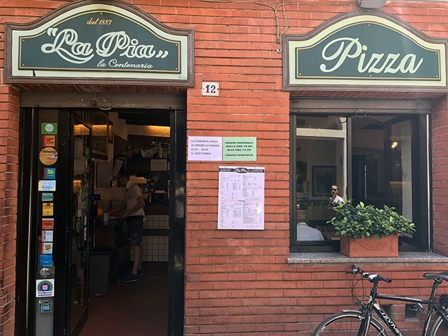 La entrada al restaurante La Pia Centenaria en La Spezia