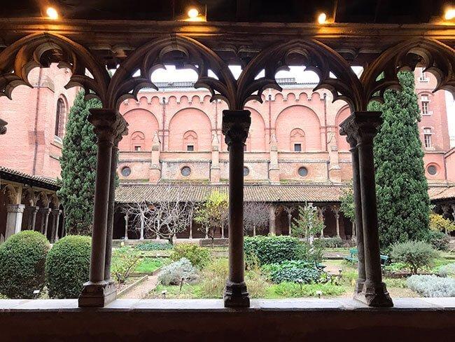 Pasear por el claustro del convento de los Jacobinos en Toulouse es muy agradable