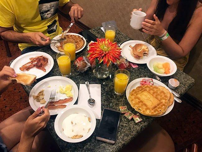 Desayunando en el hotel