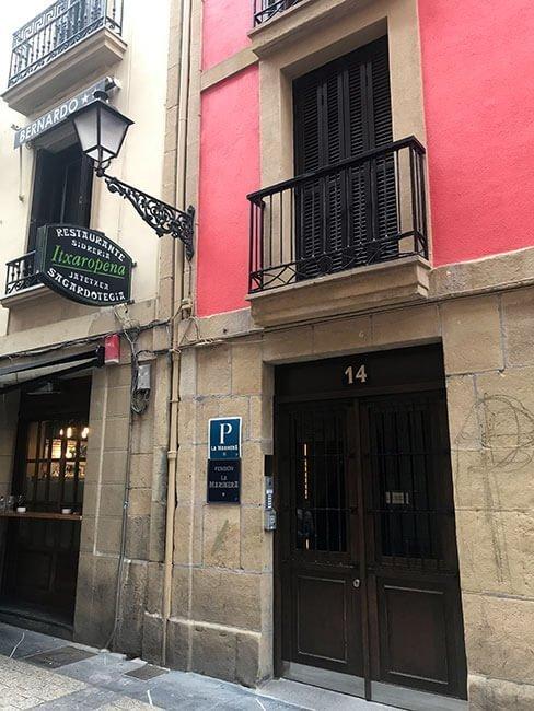 Entrada al alojamiento de San Sebastián