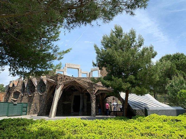 La cripta Gaudí situada en la Colonia Güell cerca de Barcelona