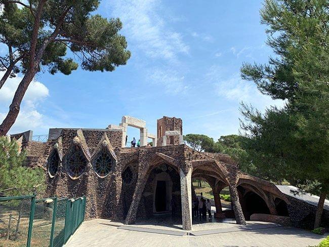 Viendo la preciosidad de la estructura de la Cripta Gaudí, se puede imaginar la grandeza del iglesia que se iba a construir