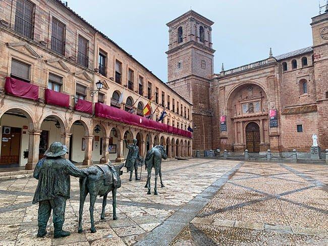 En todo el recorrido de la Ruta del Quijote encontramos esculturas del hidalgo, como en la Plaza Mayor de Villanueva de los Infantes