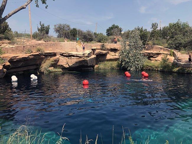 Disfrutamos como niños bañándonos en el Blue Hole en Nuevo México