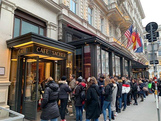 La entrada al famoso Cafe Sacher