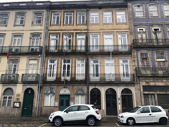 Entrada a nuestro alojamiento en Oporto
