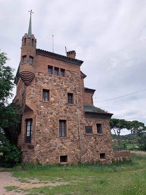 La antigua casa del maestro de la escuela de la Colonia Güell