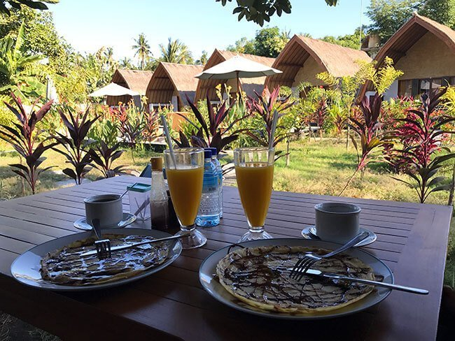 Disfrutando del buen tiempo y el desayuno en el hotel G Two Cottages en Gili Air