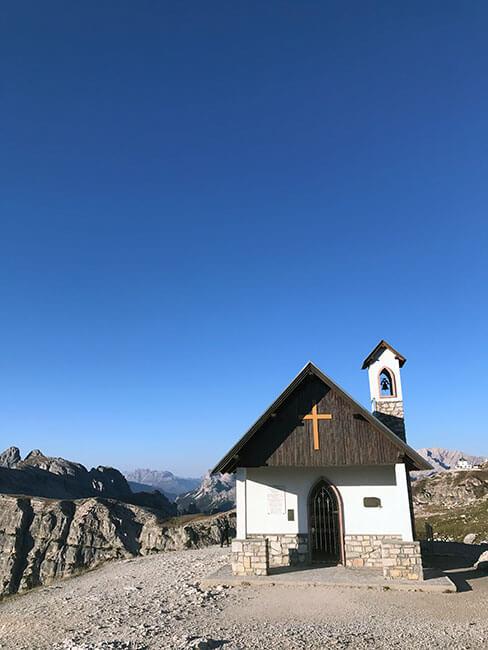 Pequeña iglesia en el camino a Tre Cime