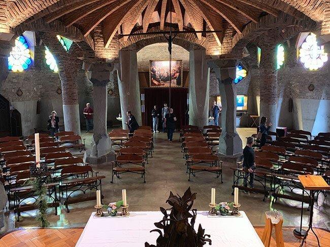 El interior de la Cripta Gaudí desde el pulpito