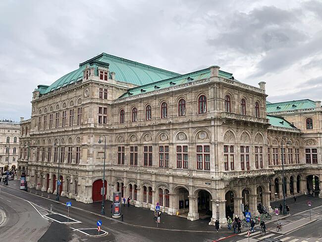 El precioso edificio de la Opera de Viena