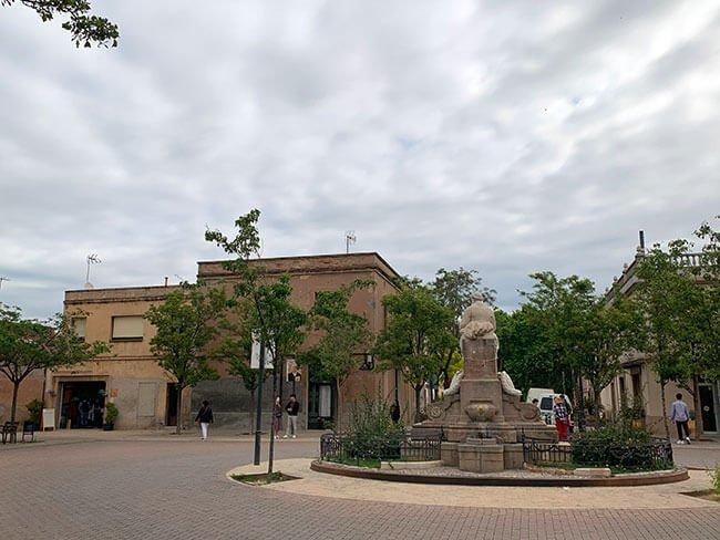 La Colonia Güell esta situada a 20 minutos de Barcelona y se puede llegar muy bien en tren