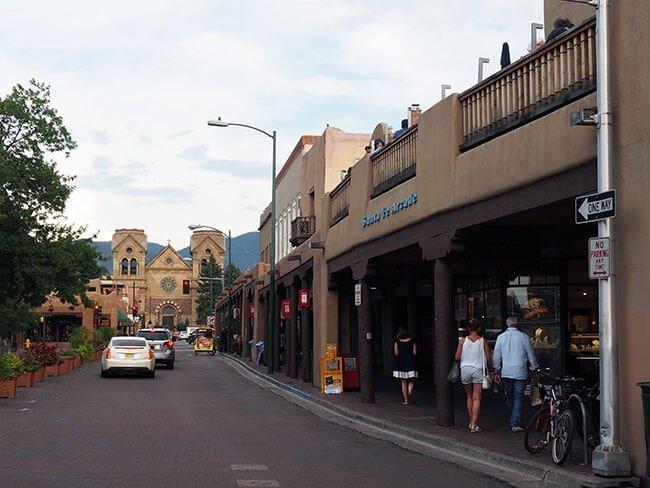 Una de las famosas avenidas de Santa Fe en Nuevo Mexico