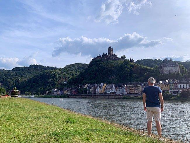 Vistas del Castillo de Cochem desde el río Mosela en Alemania