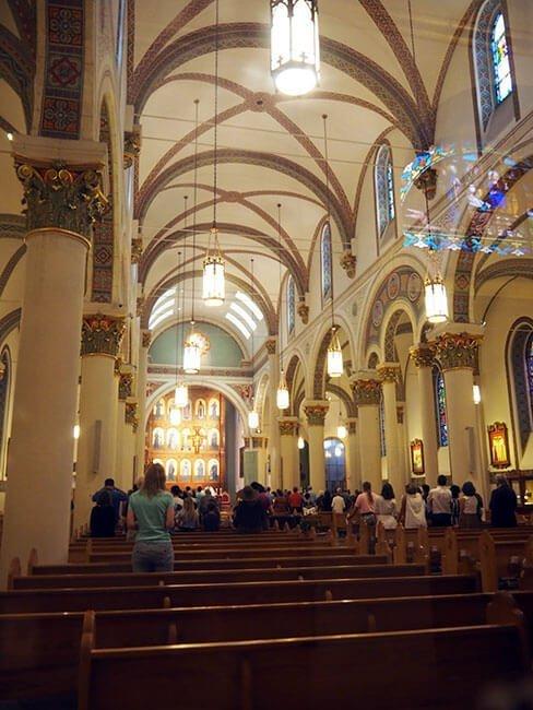El interior de la Basílica de San Francisco de Asís en Santa Fe
