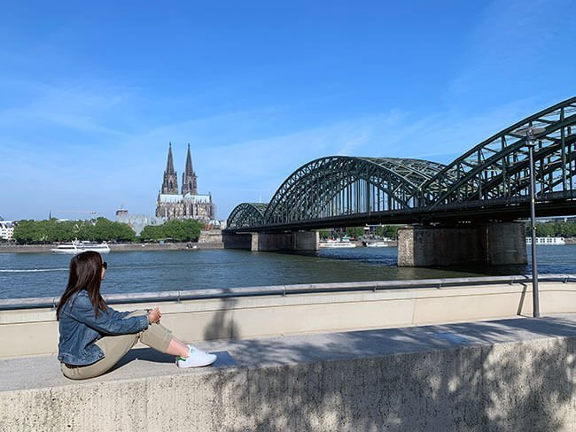 El puente Hohenzollern y la Catedral de Colonia en Alemania