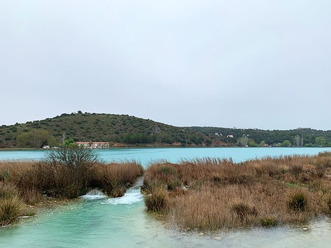 La laguna del Rey, pese al día de lluvia el color del agua es increíble