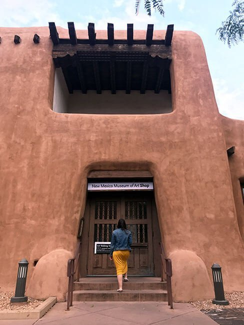 La entrada al museo de Arte de Santa Fe en Nuevo Mexico