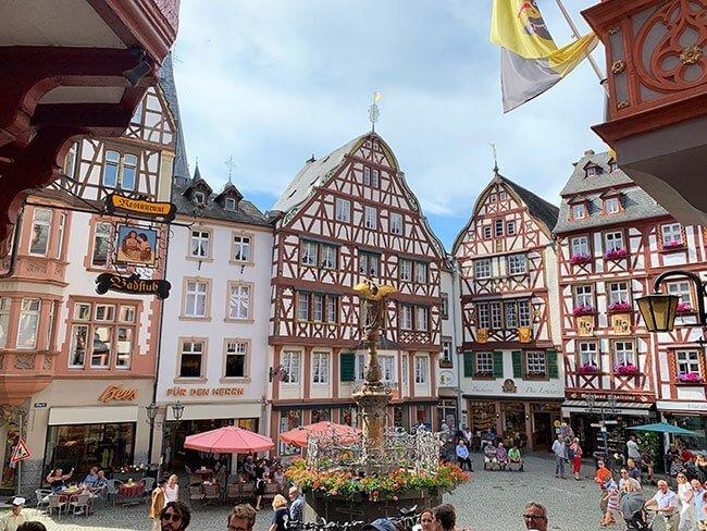 La preciosa plaza central de Bernkastel en el Valle del Mosela, Alemania