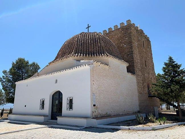 El torreón de defensa y la ermita de la virgen de la cabeza en Zújar