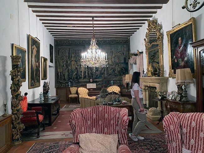 El palacete se compone de muchas habitaciones con muchos objetos de colección