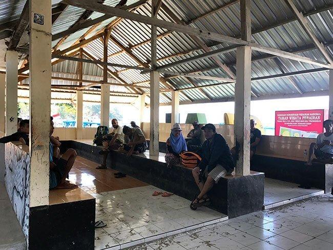 Sala de espera del ferri público de Gili a Lombok - Indonesia