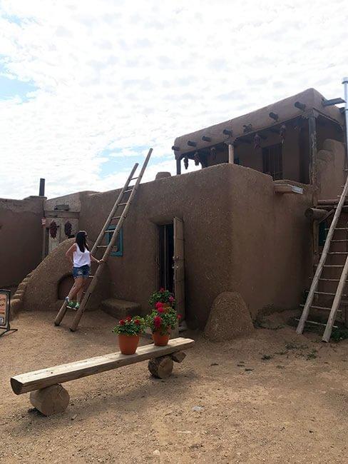 Subiendo a una casa de Taos pueblo