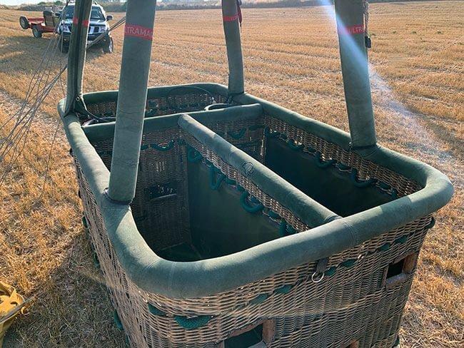 Una cesta de globo aerostático con las divisiones para los pasajeros