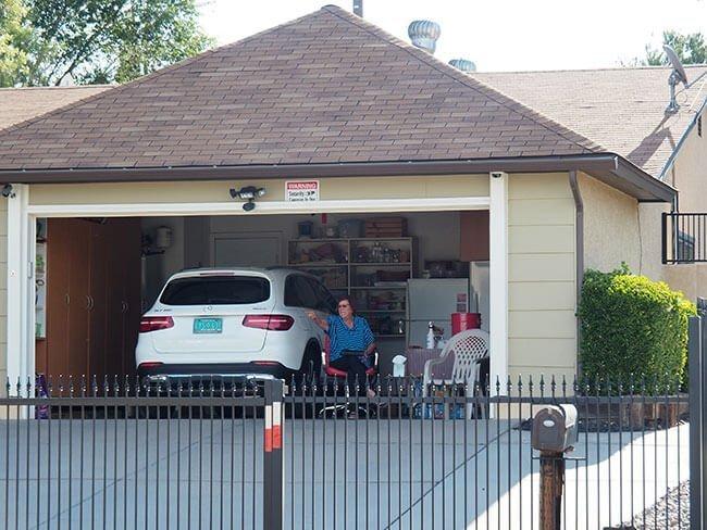 Señora en el garaje de la Casa de Walter White