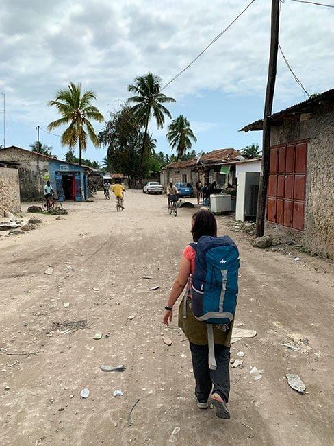 Caminar por algunas ciudades de Tanzania no es fácil, por lo que aconsejamos mochila
