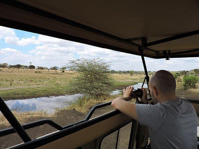 Hay muchas situaciones diferentes en los safaris, así que es buena idea llevar varios tipos de cámara