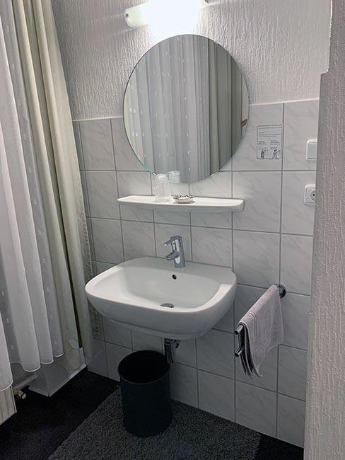 Lavabo en la habitación del hotel en Colonia