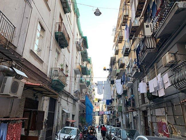 Las calles de Nápoles en Italia