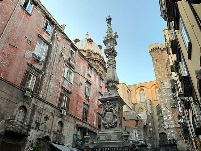 Paseando por Nápoles puedes encontrarte con calles con vistas maravillosas