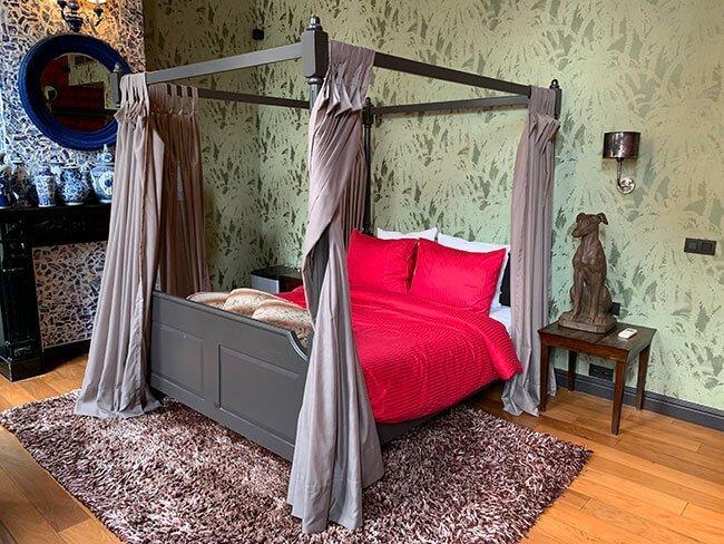 La espectacular habitación del hotel The Glorious Inn en Amberes