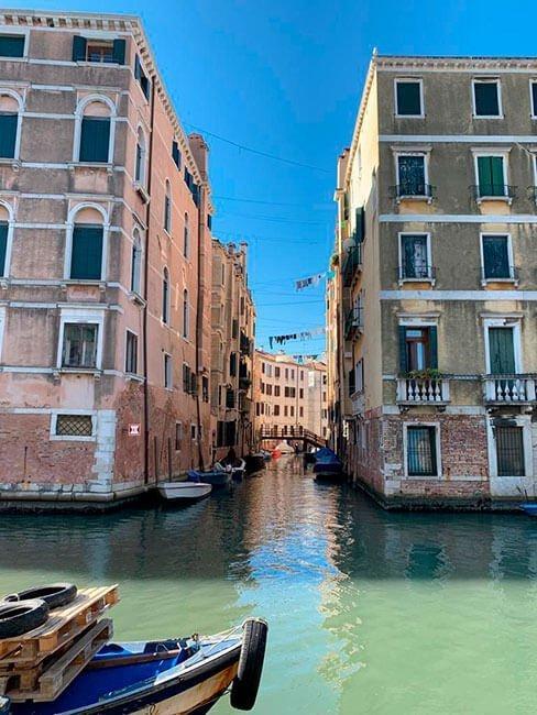 Es muy característico de Venecia pasear y cruzar sus canales