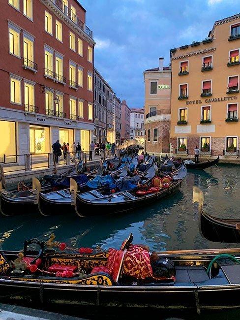 Al caer la noche, los canales de Venecia se vuelven preciosos