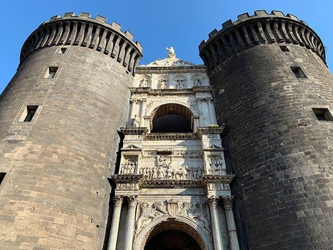 El arco del triunfo de la entrada del Castel Nuovo en Nápoles
