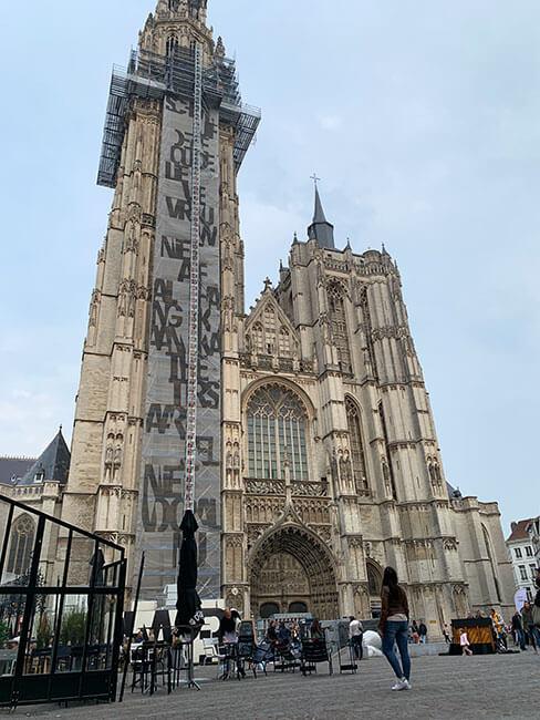 El exterior de la catedral de Amberes, Bélgica
