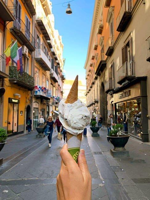 Disfrutar de un gelato paseando por Nápoles es una delicia