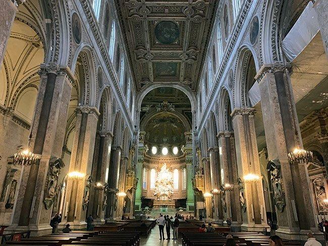 El interior de la catedral de Nápoles