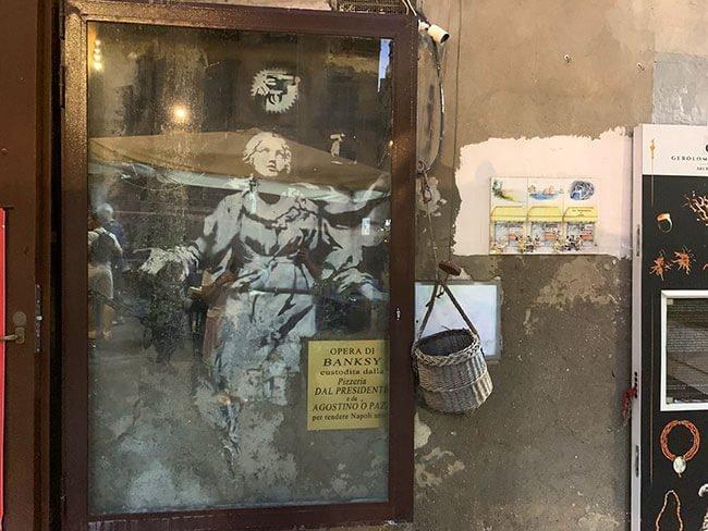 Madonna con la Pistola de Banksy en Nápoles (Italia)