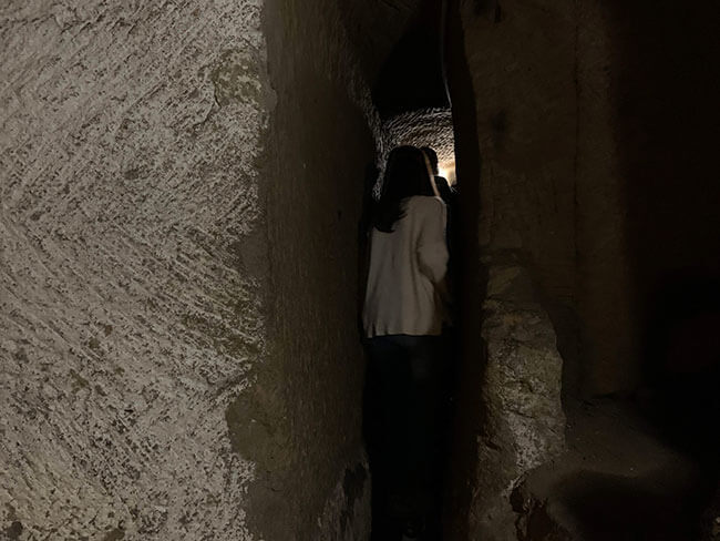 Un ejemplo del estrecho pasadizo que recorrimos en el tour Nápoles Subterránea