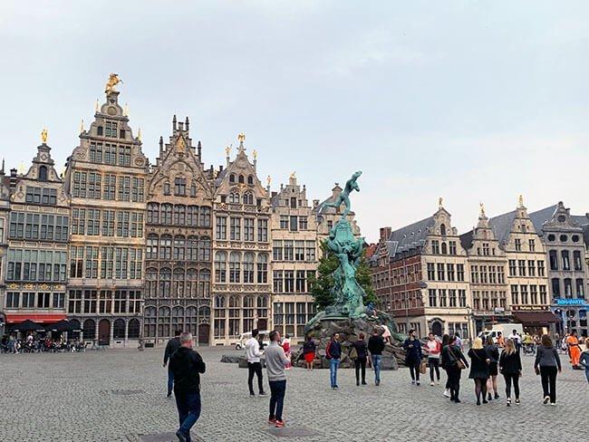 La concurrida Grote Markt en Amberes
