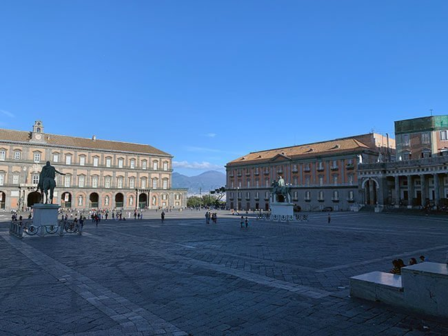 La plaza del Plebiscito en Nápoles