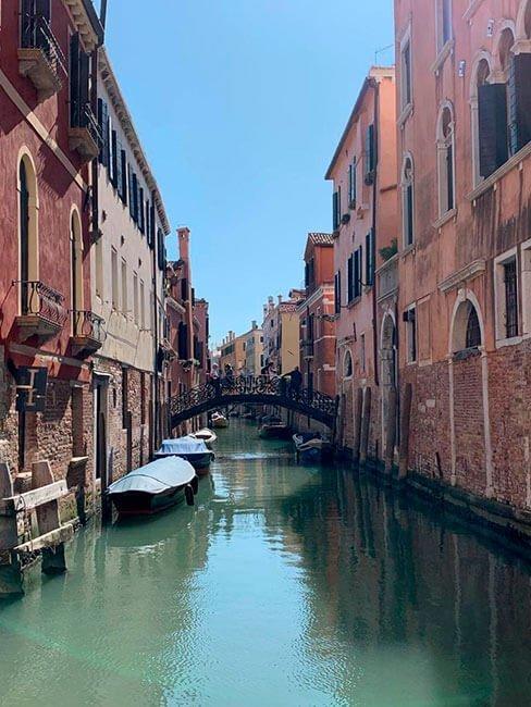 Los puentes sobre los canales de Venecia tienen un aire muy romántico