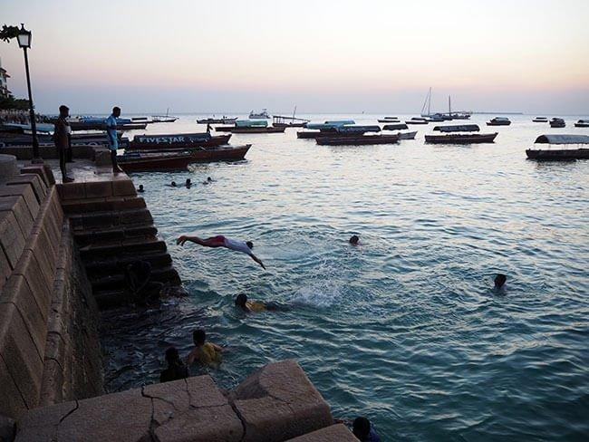 El puerto de Stone Town en Zanzíbar está muy animado al atardecer